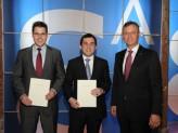 Passauer Absolventen: v.l. Andreas Koltes, George Oziashvili, Staatsminister Siegfried Schneider