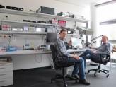 Prof. Dr. Joachim Posegga und Prof. Dr. Hans Reiser im Senderaum des IT-Zentrums.