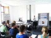 """Herr Huber und Studierende beim Seminar """"Das Ziel ist der Weg"""""""