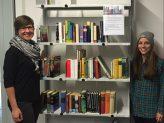 Büchertauschregal im NK mit Kamala Jakubeit und Laura Guntrum