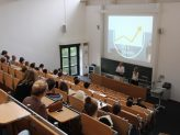 Referentinnen Julia Lohfink und Constanze Seibel halten ihre Präsentation vor großem Publikum