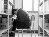 Stress im Studium _ Mädchen in einer Bibliothek