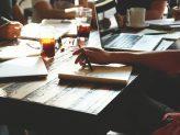 Junge Menschen bei der Teamarbeit
