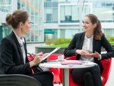 Junge Bewerberin beim Bewerbungsgespräch