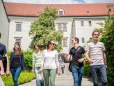 Studierende im Innenhof des Nikolaklosters