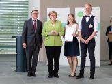 Lisa Knott und Max Borcherding bei der Preisverleihung mit Kanzlerin Merkel