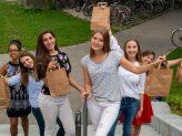 Erstsemesterstudierende mit einer O-Wochen-Tüte