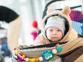 Baby in einem Kinderwagen
