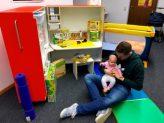 Die aufgeklappte KidsBox am Arbeitsplatz