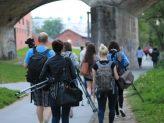 Fotoprojekt Passau im Fokus 3: Teilnehmer und Teilnehmerinnen sind mit Kamerataschen und Stativen unterwegs