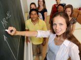 Studierende stehen vor einer Tafel, auf die eine Formel geschrieben ist