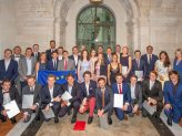 Auf dem Gruppenfoto sind die Absolventen und Absolventinnen des 19. Jahrgangs der Bayerischen EliteAkademie zu sehen